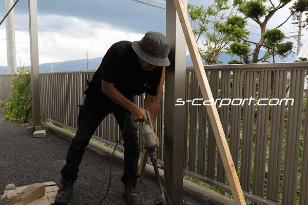 セッパンカーポート2台用トラス梁を施工 支柱元のコンクリートをバイブレーターで島片目 オーダーメイドのセッパンカーポート